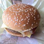 「北海道チーズ月見バーガー」チェダーチーズの濃厚風味がいつもと一味違う。