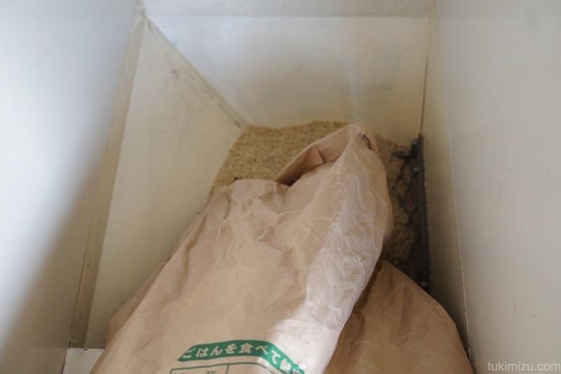 玄米をホッパーへ投入している
