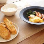 料理が美味しく見せるために、器はちょっと濃いめの色のものを選ぶ。
