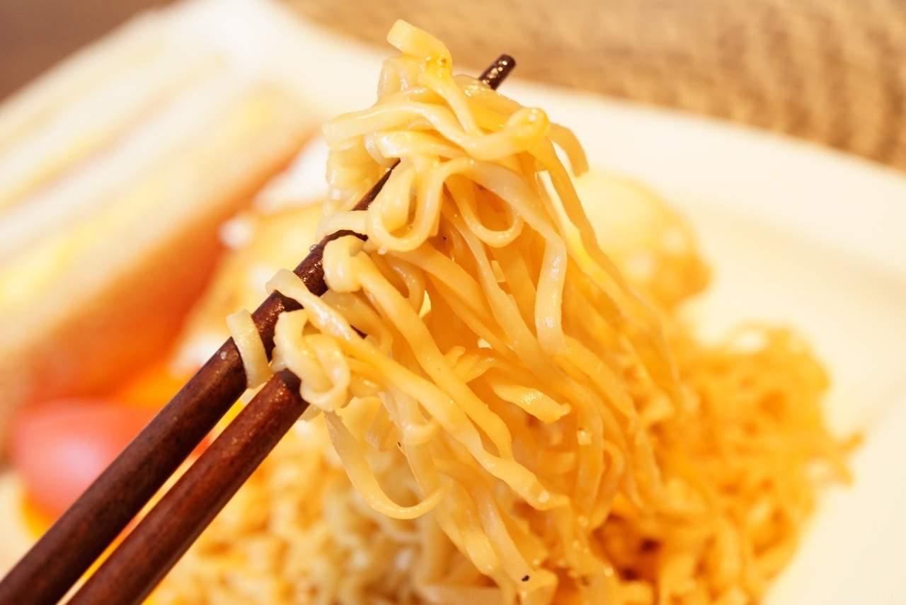 箸にとった焼きチキン