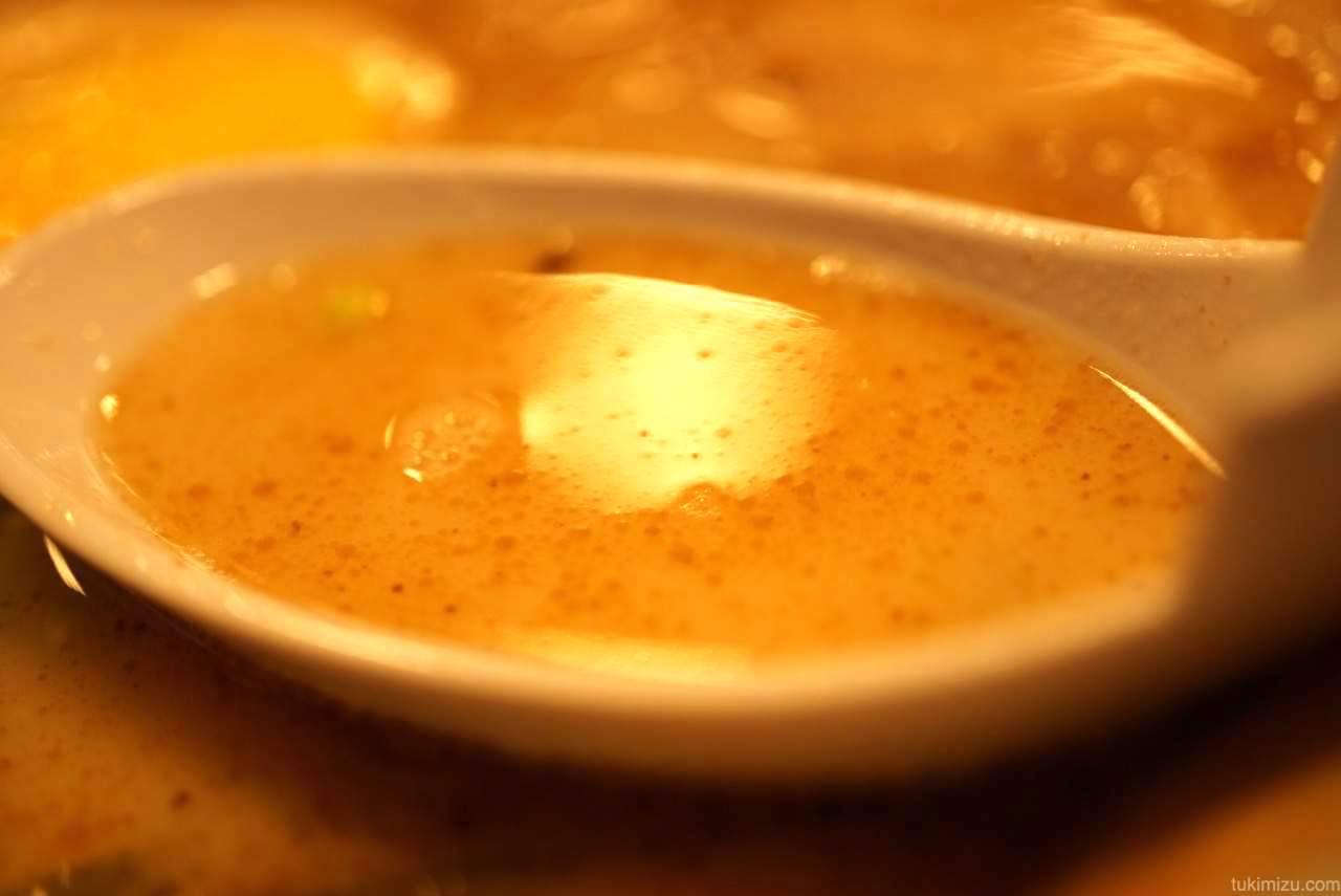 レンゲですくったスープ