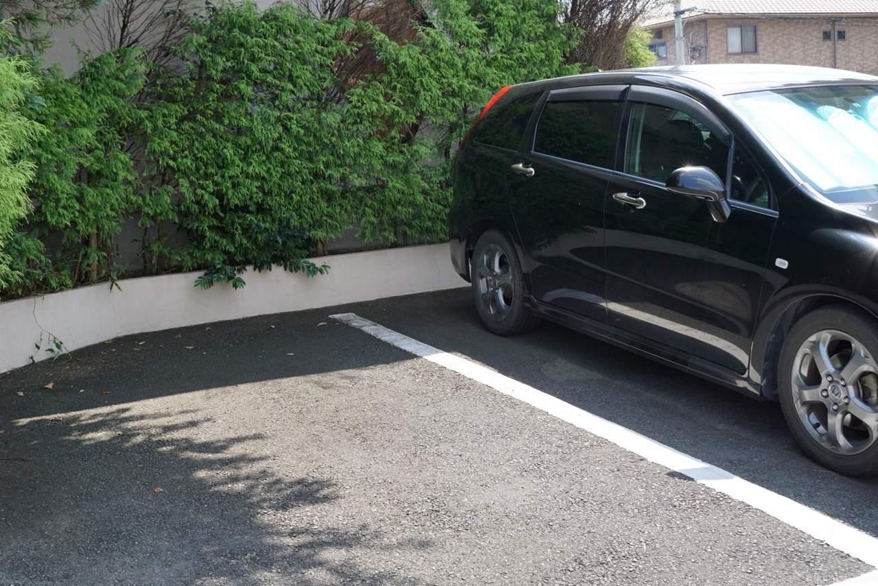駐車場と車