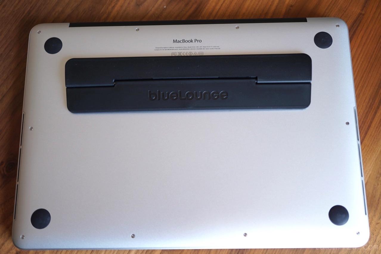 キックフリップを貼ったMacBookの裏面