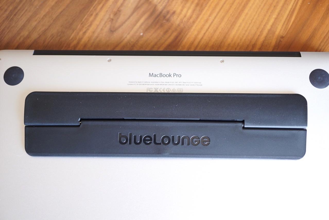 キックフリップを貼ったMacBookの裏面アップ