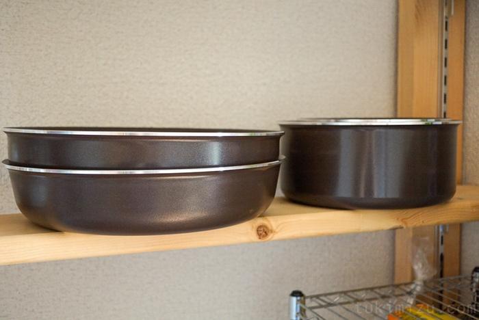 棚の上のフライパンと鍋