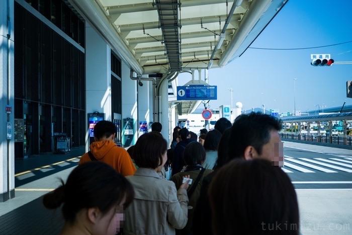 バス乗り場に並ぶ列