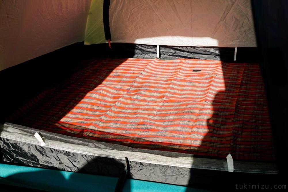 シートを敷いたテントの中