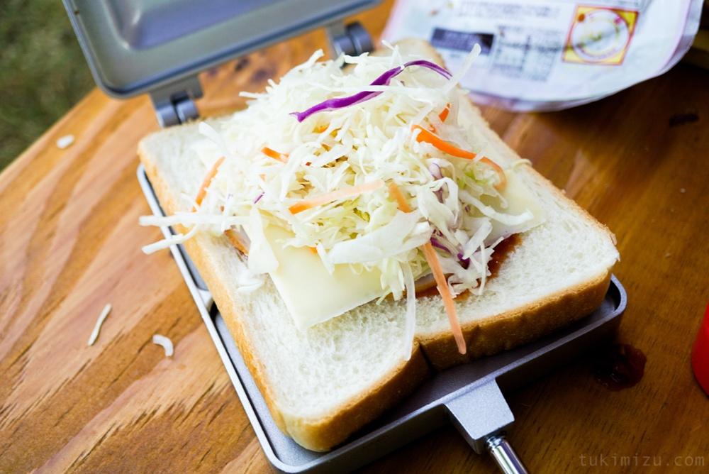 食パンとサラダ