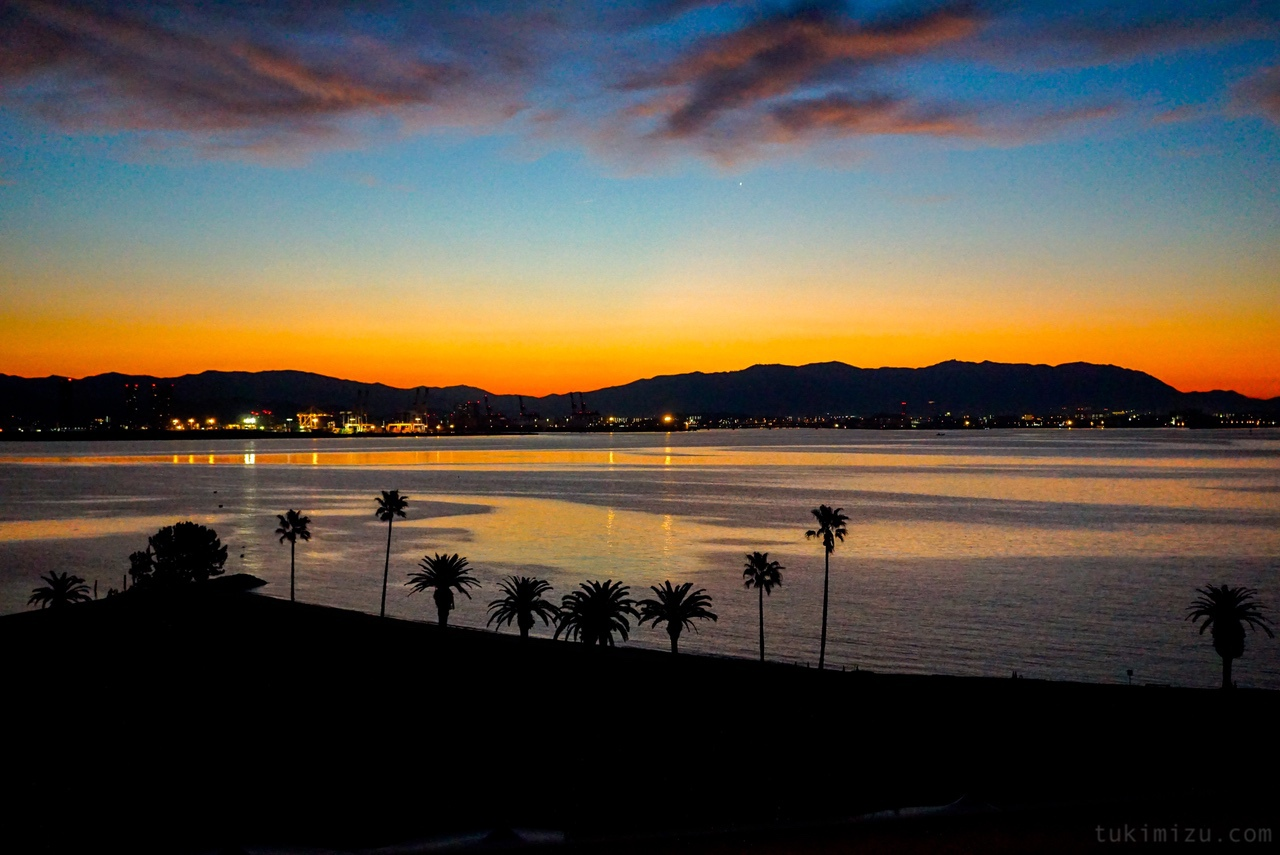 夜明けの海