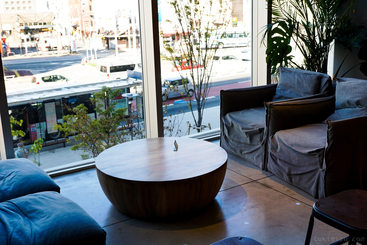 窓とテーブルと椅子