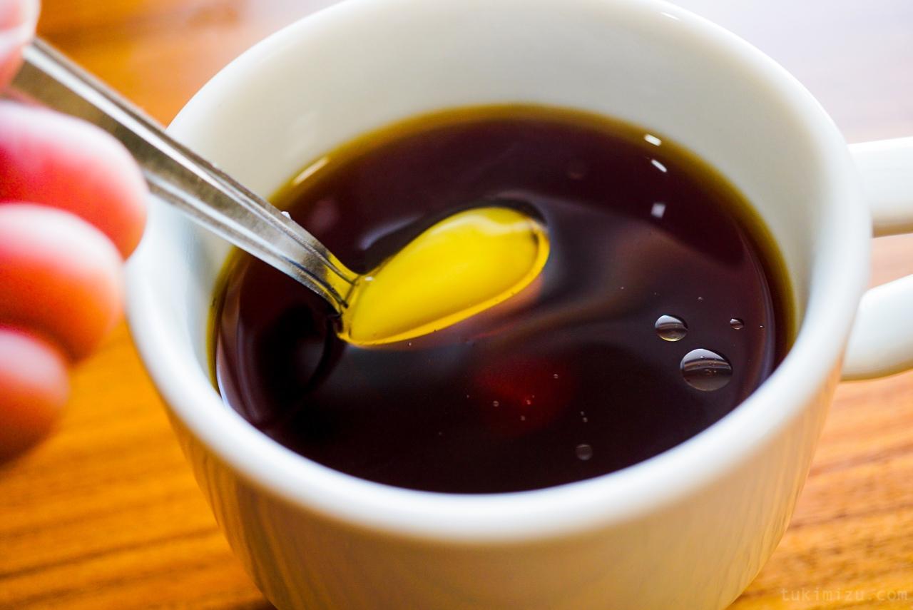 コーヒーの中に溶けるバター